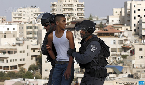 Israeli policemen arrest a Palestinian young man during clashes in the East Jerusalem Arab neighborhood of Issawiya on September 13, 2015. (Photo: AFP / Ahmad Gharabli)