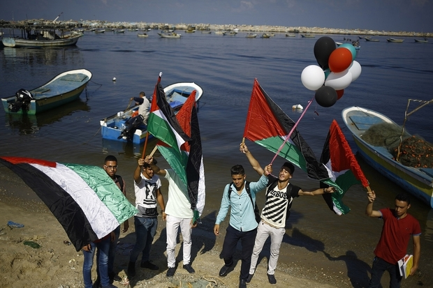 Palestinians express their solidarity with the Women's Boat to Gaza in 2016 (AFP)