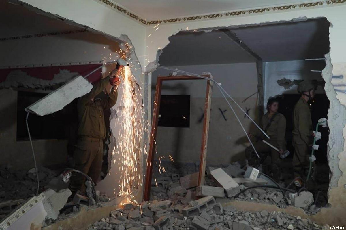 Israeli forces can be seen destroying the family apartment of Palestinian prisoner [qudsn/Twitter]