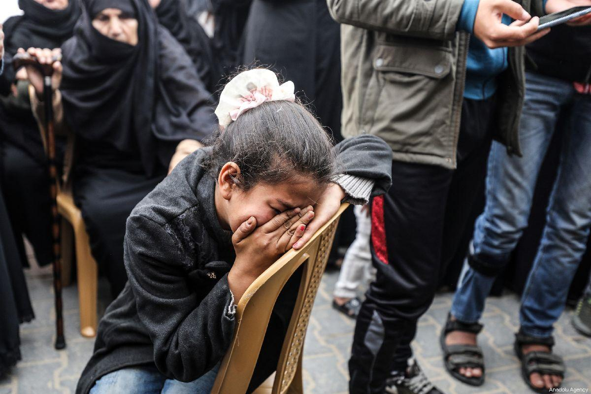 Palestinians mourn the death of a Palestinian man killed by Israeli forces in Gaza on 31 March 2019 [Mustafa Hassona/Anadolu Agency]
